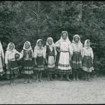 Dziewczęta w strojach łemkowskich, Komańcza, 1936 r., fot. Henryk Poddębski, źródło: Biblioteka Narodowa / Polona