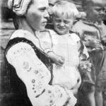 Zamężna Łemkini z dziećmi, w stroju regionalnym i charakterystycznym czepcu na głowie, rok 1935, fot. Narodowe Archiwum Cyfrowe