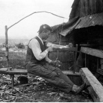 Prymitywna tokarka sznurkowa - rzemieślnik przy pracy, Nowica, fot. Narodowe Archiwum Cyfrowe